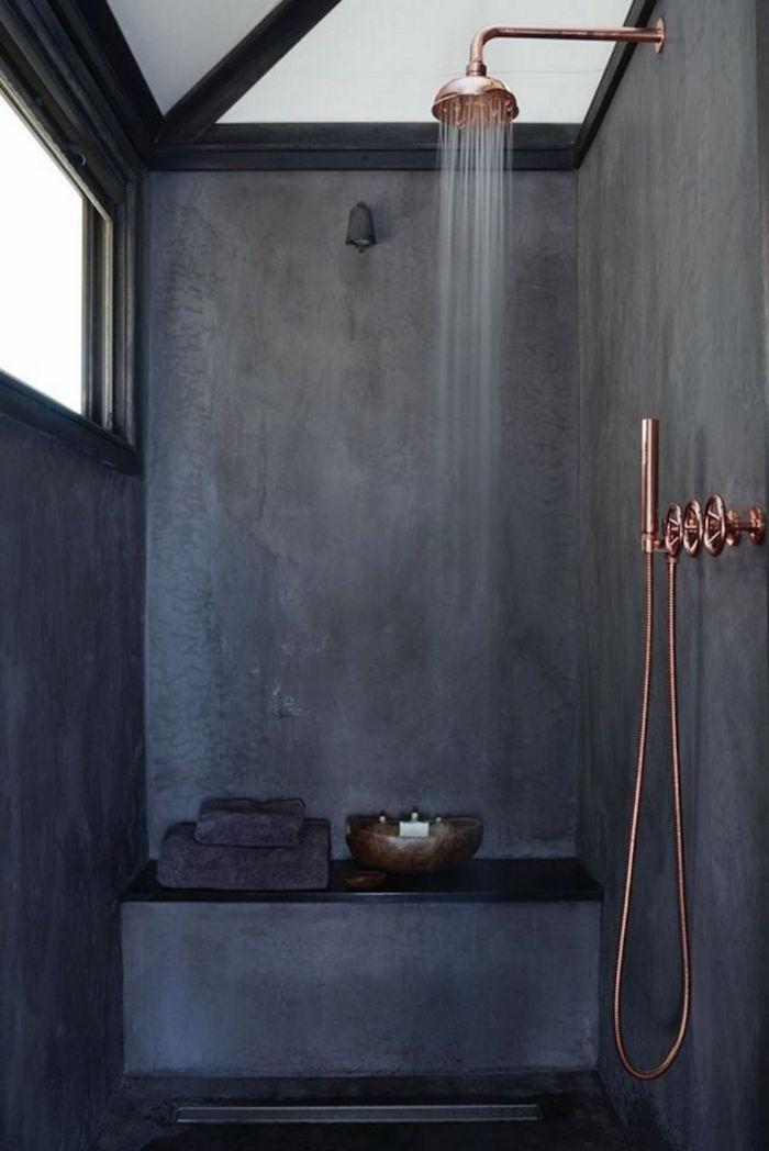 revetement mural salle de bain etancheite douche italienne et panneau stratifié tadelakt gris foncé avec plomberie cuivre