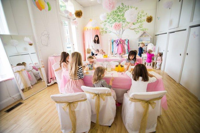 activités créatives de princesse, petites filles déguisées en princesses, anniversaire 4 ans maternelle activités