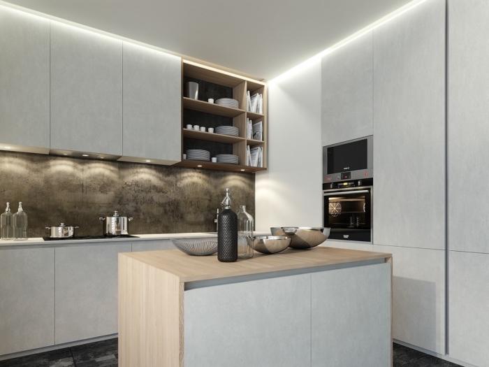 déco de cuisine en blanc et bois avec éclairage sous meubles, modèle rangement mural avec étagère en bois