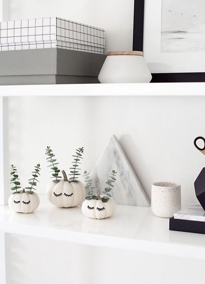 objets diy facile à réaliser à partir d'un potiron ou courge, idée que faire avec une petite citrouille blanche, mini vase diy en citrouille