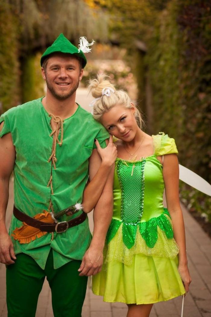 robe vert néon, costume vert, chapeau pointu, coiffure queue de cheval haute, idee deguisement duo