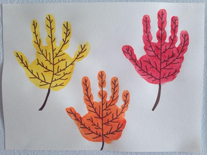 dessin empreintes de mains colorés avec des veines de feuilles mortes pour realiser un motif feuille morte en peinture sur papier blanc