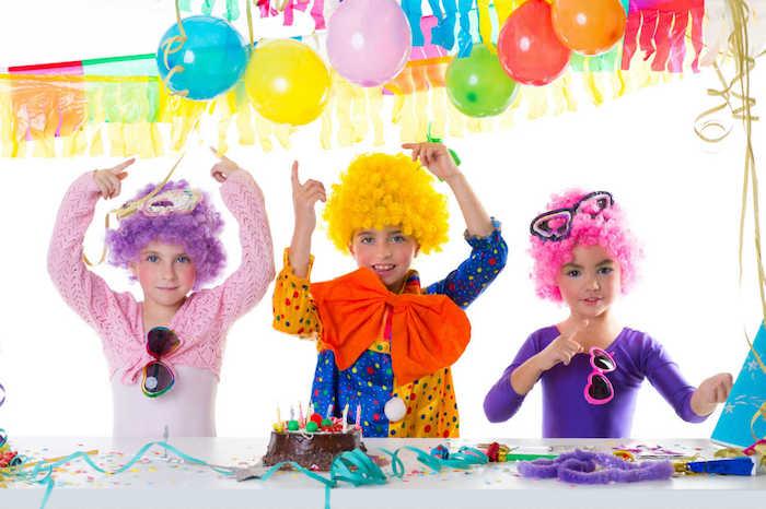 enfants déguisés en clowns pour un anniversaire theme cirque, decoration anniversaire enfant en ballons et feuilles et guirlandes de papier de soie