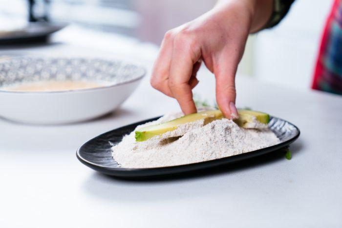 enrober les frites d avocat de farine, idée amuse bouche apéritif facile pour votre apero dinatoire original