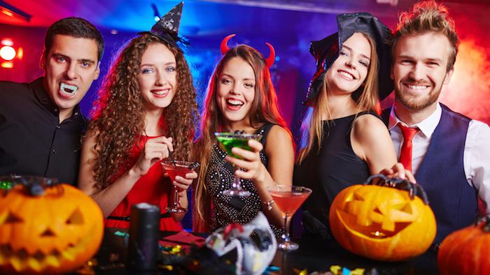 Déguisement Halloween de groupe, les sorcières et les vampires, cool idée déguisement de groupe d'amis adultes
