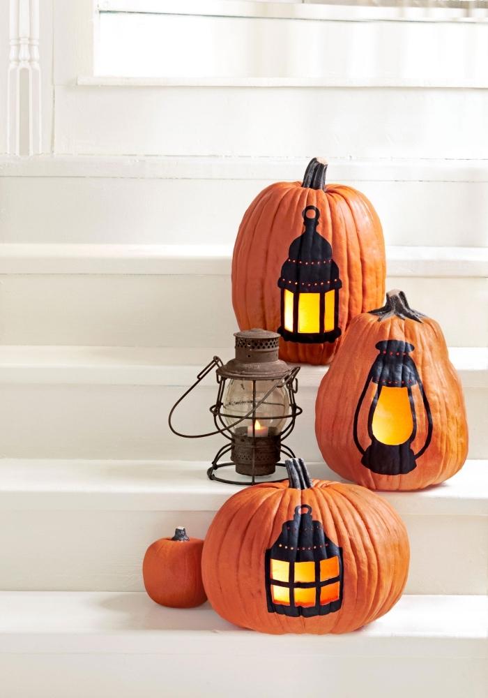 idée que faire avec des citrouilles, décoration extérieure pour la fête d'Halloween avec potirons à dessins lanternes