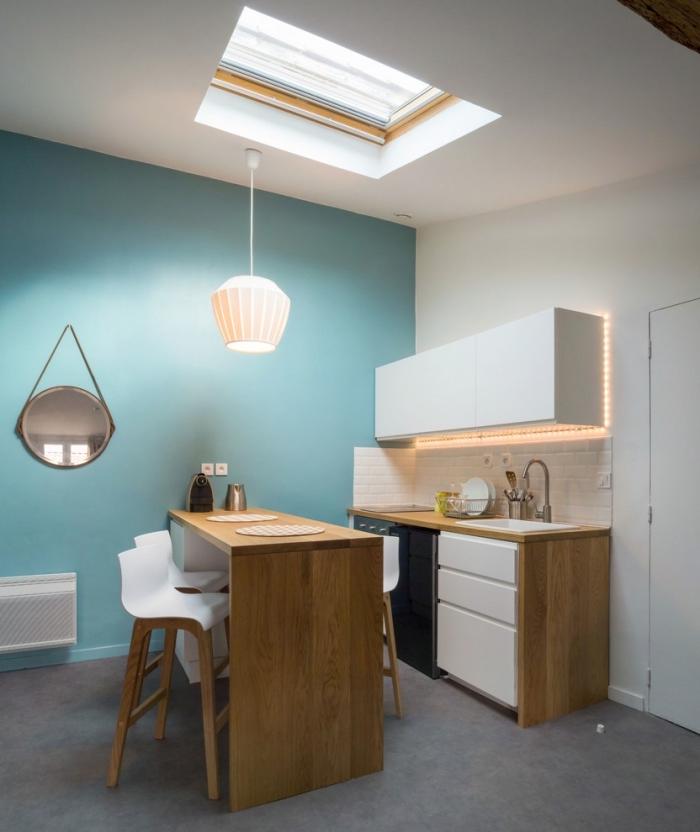 modèle de petite cuisine avec ilot central en bois et crédence en carrelage briques blanches, comment optimiser espace dans petite cuisine