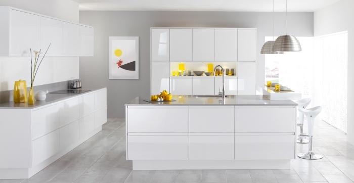 idée déco de cuisine blanche avec accents en jaune, quelle couleur associer avec le gris dans une cuisine moderne avec îlot