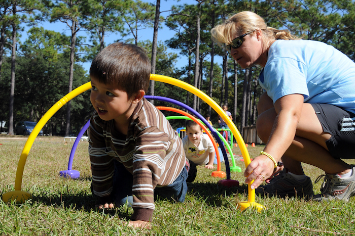 jeu d adresse enfant course à obstacle pour enfant en plein air, idée comment organiser un anniversaire en dehors, exemple animation