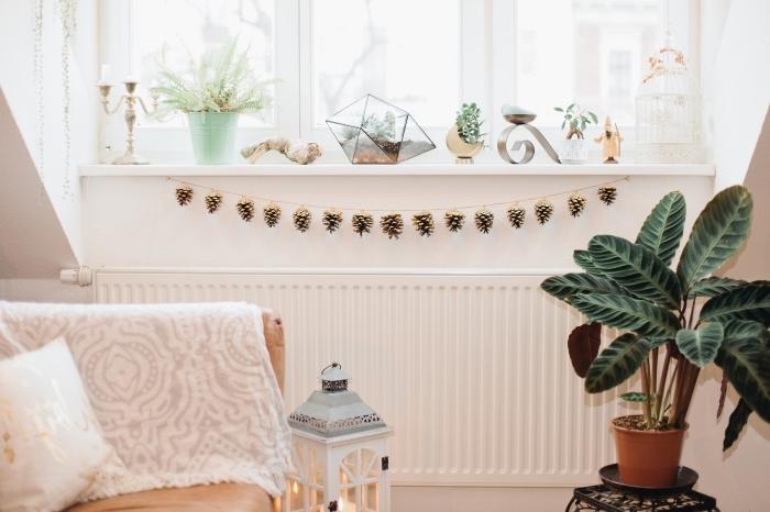 design intérieur moderne et cozy avec objets ethniques et accessoires diy, modèle de guirlande fait main avec pommes de pin