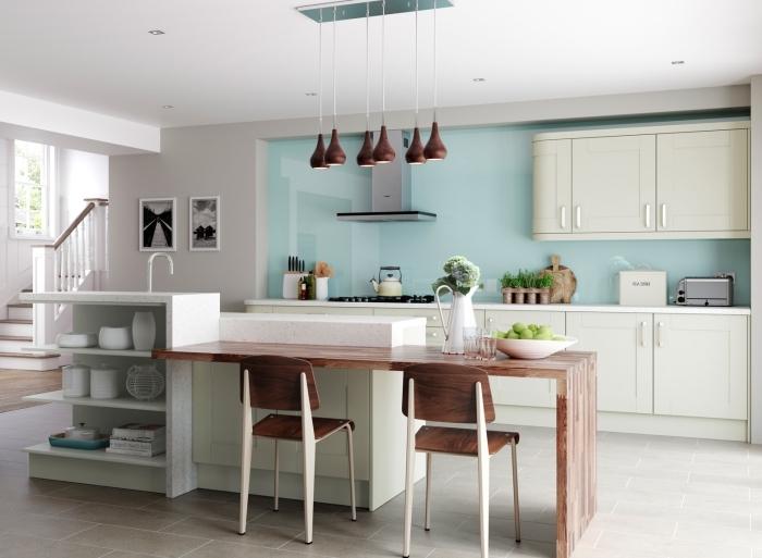déco traditionnelle avec éléments modernes dans une cuisine claire bicolore aménagée avec îlot central design table bois