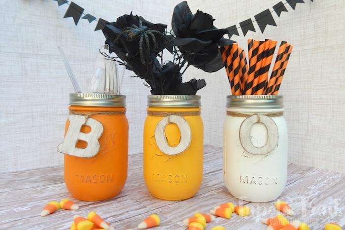 recyclage pot de verre décoré de peinture couleurs variées avec lettres bois décoratives pour créer un rangement couverts, pailles et roses noires, bricolage halloween facile