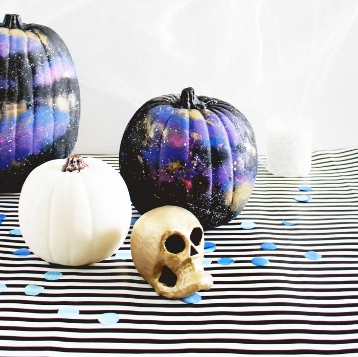 modèle de citrouilles personnalisées à design galaxy, comment décorer une citrouille avec peinture pour la fête d'Halloween