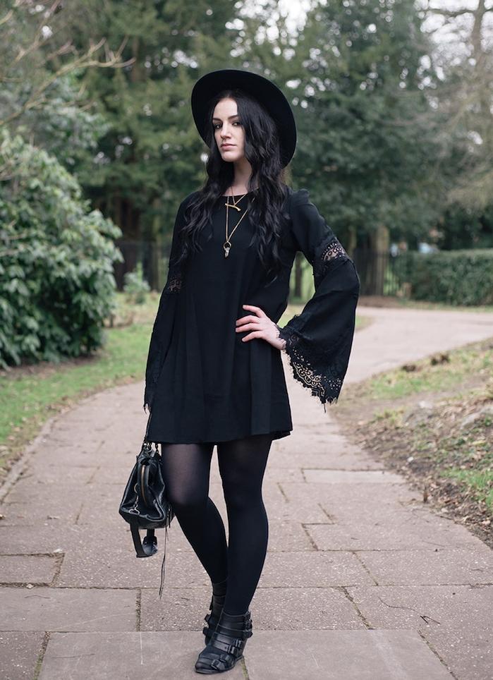 robe noire à manches évasées à effet dentelle, chapeau capeline noire, sac à main noir tendance et collier or