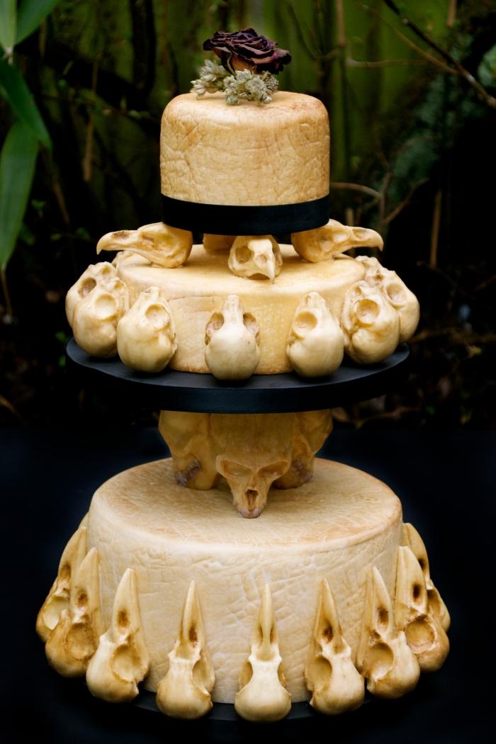 faire un gâteau sur étages au nappage doré, comment faire des figurines en fondant coloré aux motifs crâne, recette halloween dessert