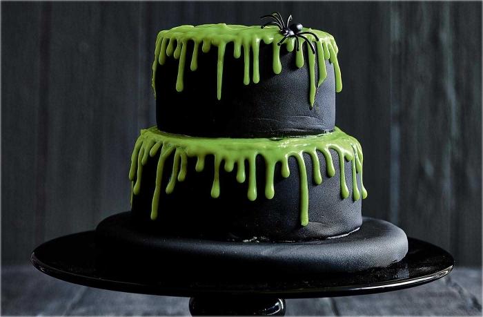 modèle de gâteau sur étages au glaçage noir et vert avec petite figurine araignée en plastique, gateau halloween araignée