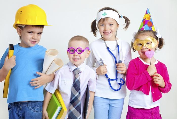 anniversaire 4 ans avec jeu de roles, informaticien, architecte, docteur déguisement enfant tenue professionnelle, enfant déguisé en animateur