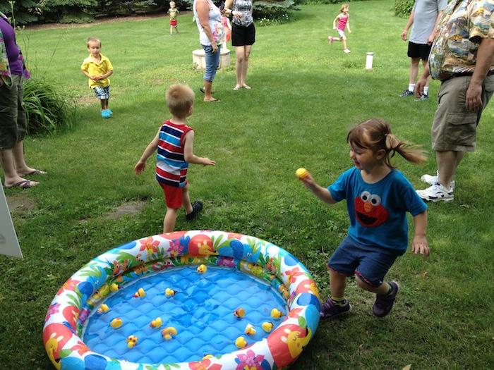 une sorte de chasse au trésor, jeu objets perdus à trouver dans un jardin et mettres dans une piscine enfant jouets canards