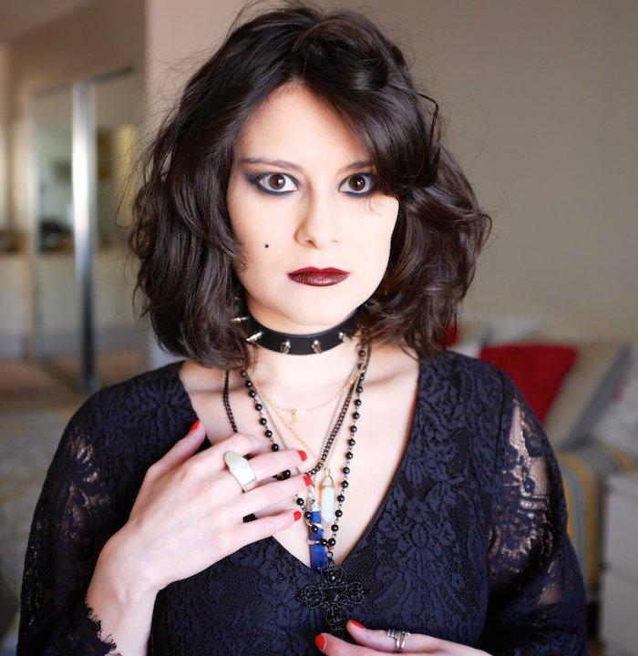 maquillage sorcière simple avec un carré mi long ondulé, rouge à lèvres bordeaux, eye liner noir et ombres à paupières foncés en marron et noir foncé