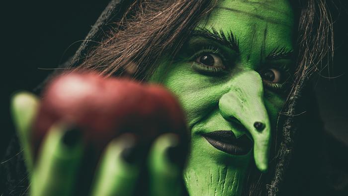 la sorcière verte, coloration visage vert halloween, nez longue artificiel, rouge à lèvres rouge, sorcière halloween