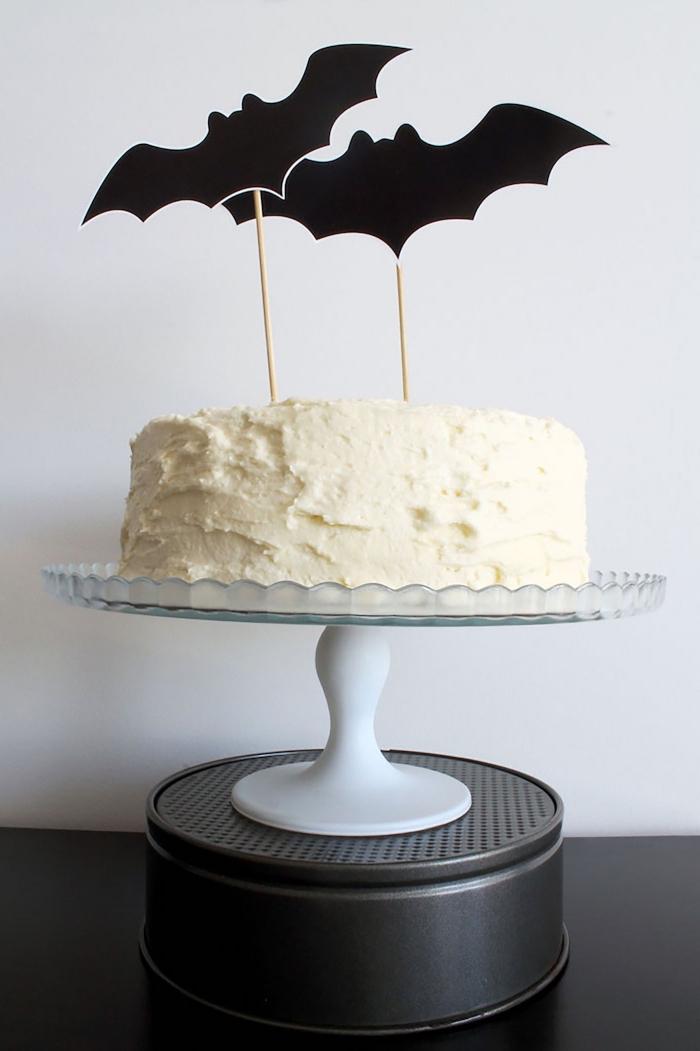 recette gateau halloween maternelle facile à réaliser, modèle de gâteau à ganache vanille avec toppers chauve-souris