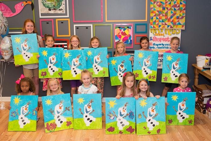 atelier dessin et peinture en maternelle, dessin olaf sur toile, cours de dessin lors d un anniversaire sur theme la reine des neiges