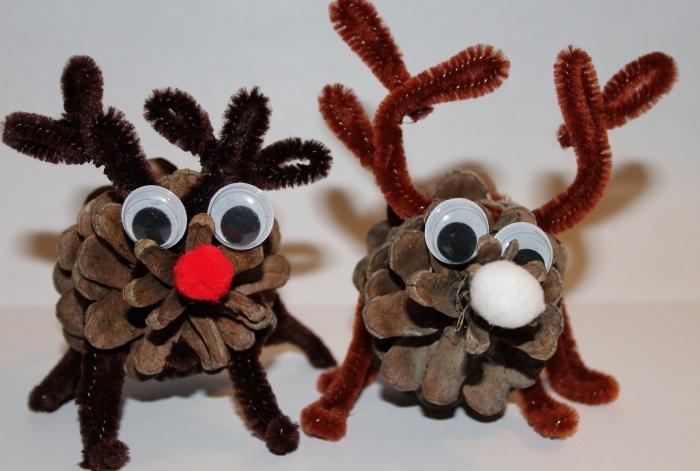 idée pour un projet créatif facile avec matériaux recyclés, diy cerf de noel fabriqué avec pommes de pin et yeux mobiles