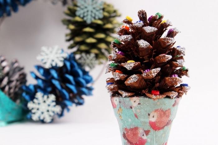 que peut on faire avec des pommes de pin, modèle de sapin en pomme de pin décorée avec neige artificielle