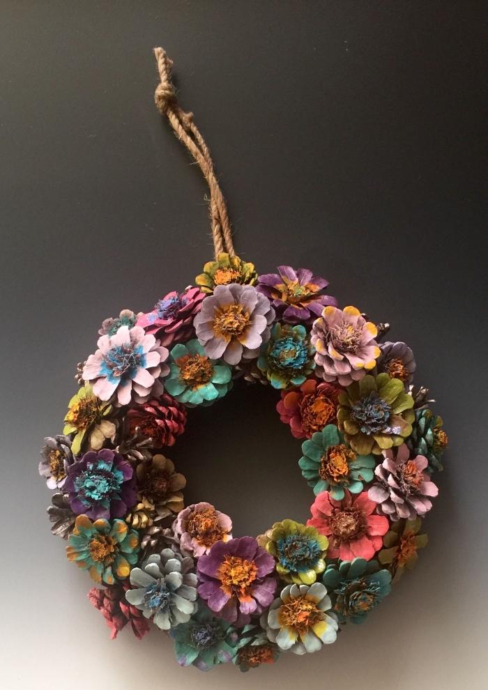 apprendre à réaliser une jolie couronne en pommes de pins, comment peindre des pommes de pins comme fleurs