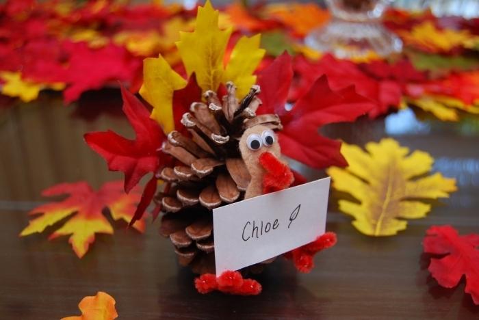 idée pour une activité manuelle automne maternelle facile avec matériaux naturels, figurine hérisson en pomme de pin