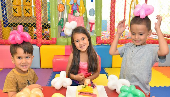 faire des figurines et animaux en ballons colorés, idée d activité anniversaire à réaliser par un animateur