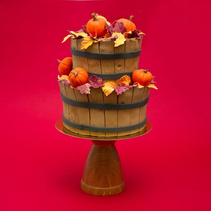 modèle de gâteau sur étage à décoration design clôture de bois et petites citrouilles réalisés avec fondant coloré