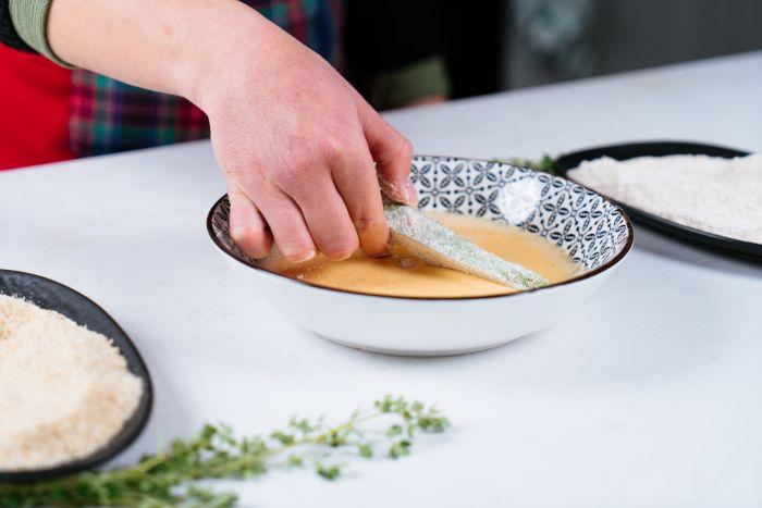 apéro dinatoire facile, idée frites d avocat à la farine, oeufs, chapelure et parmesa, recette avec avocat pour l entrée légère