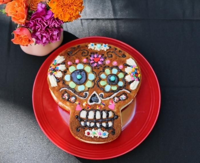 modèle de dessert facile pour Halloween, recette d halloween effrayante, idée gâteau en forme de crâne au crème beurre et chocolat râpé