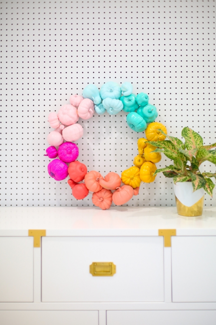 activité manuelle facile d'automne avec mini citrouilles colorées, modèle objet diy en couleurs, idée de décor automnal en couleurs