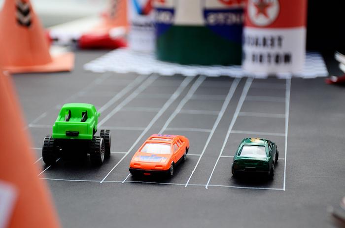 course aux jouets voitures sur un trajet dessiné, idée d animation anniversaire enfant 4 ou 5 ans