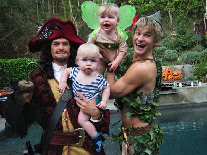 Faire son deguisement groupe famille, Neil Patrick Haris, son époux et ses enfants, déguisement original peter pan, costume halloween comme il faut