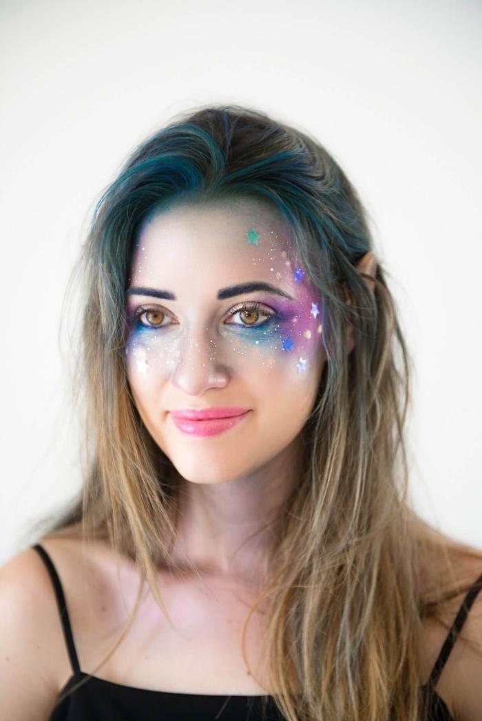 idée de maquillage halloween facile inspiré de la galaxie réalisé avec des fards aux couleurs bleu, violet et argenté, appliqués sur les coins externes des yeux, les joues et le front