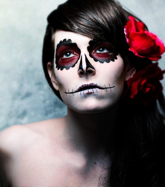 fille avec une fleur dans les cheveux, orbites et nez tête de crâne, maquillage halloween pour femme