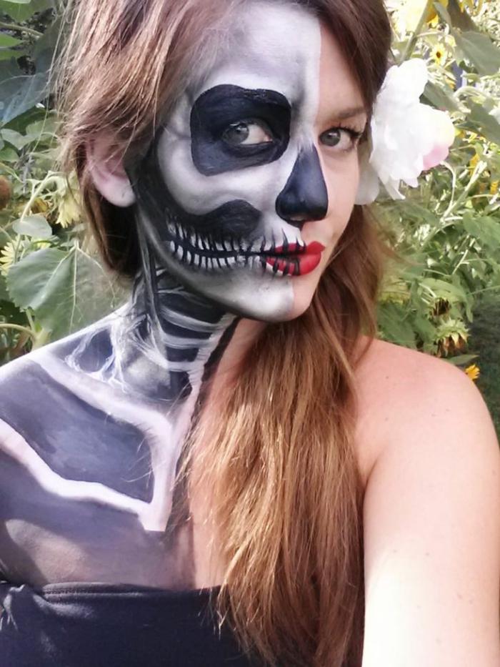 fille au maquillage halloween squelette, corps demi squelette, visage demi crâne