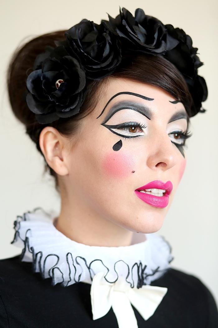 maquillage de poupée arlequin théâtral avec des pommettes rosées et des yeux exagérés