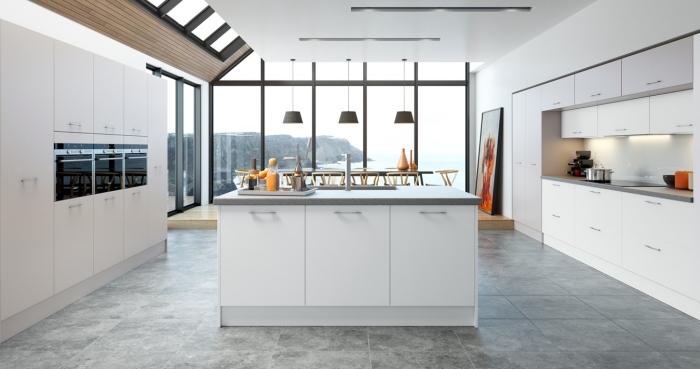design intérieur cuisine spacieuse aux murs blancs avec meubles modernes à poignées inox et îlot bicolore blanc et gris