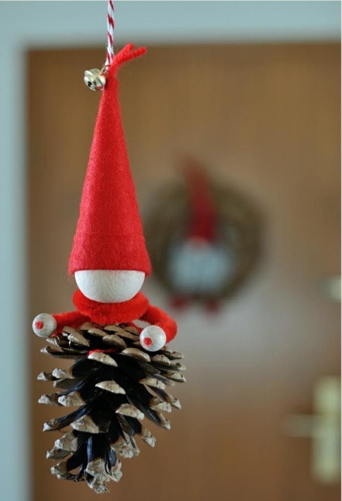 exemple d'objet diy pour une déco de Noel, figurine diy en pommes de pin à design nain de noel, idée que peut on faire avec des pommes de pin