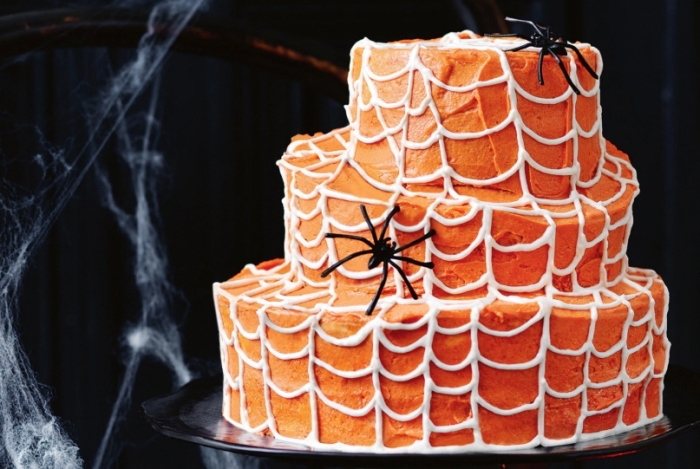décoration de gâteau style effrayant avec crème orange et déco en crayon pâtissier blanc, recette halloween dessert facile