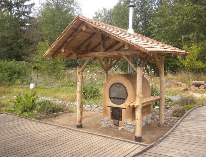 modele de petite cuisine de jardin avec four à bois en béton sous toit en bois