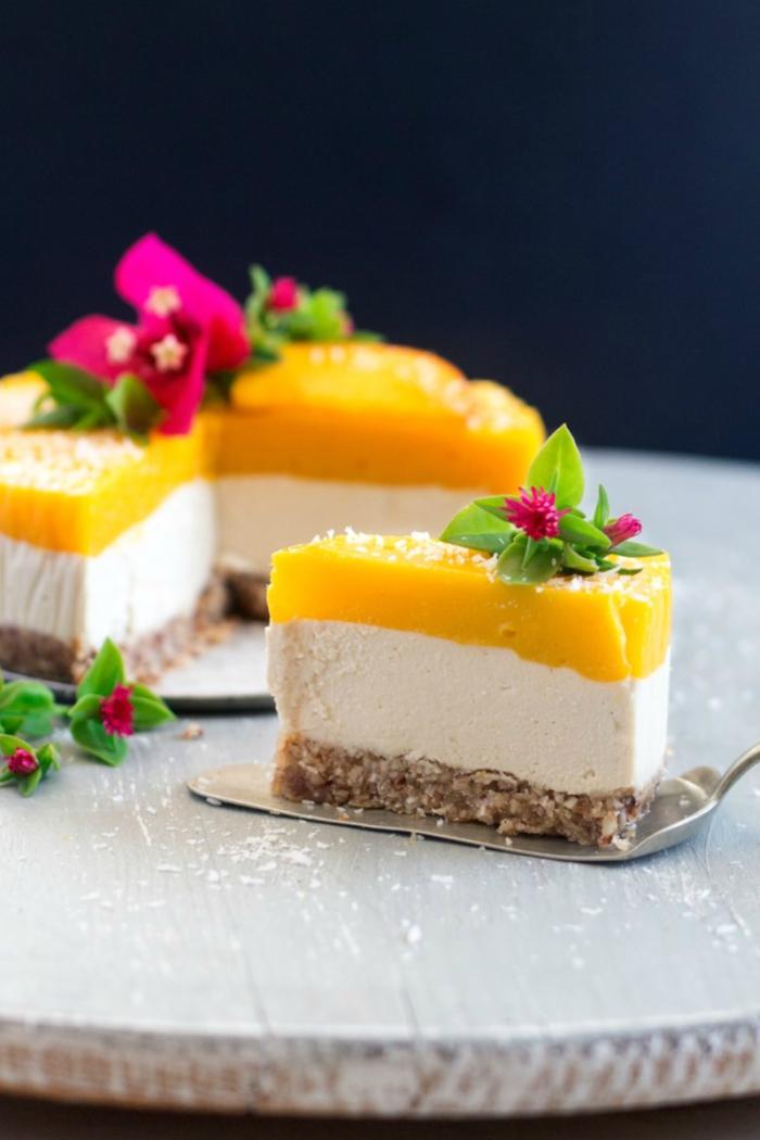 recette vegan d'un faux cheesecake à la mangue et gingembre sans cuisson avec une base de dattes, d'amandes et de noix de coco