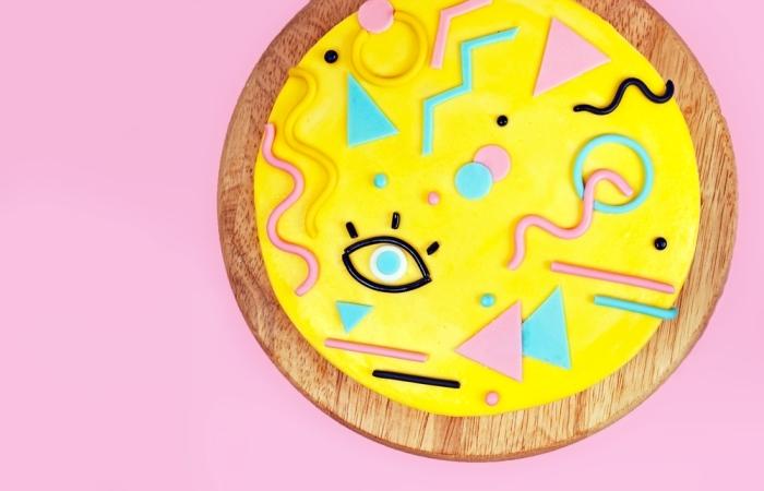 idée originale pour un gâteau à design géométrique moderne recouvert de pâte à sucre, deco pate a sucre originale