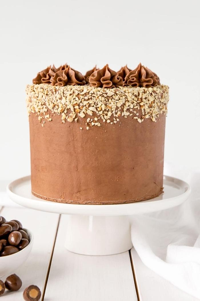 layer cake aux amandes recouvert de glacage chocolat ganache de chocolat au lait