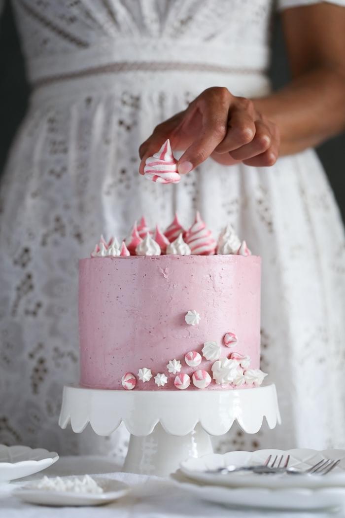recette de layer cake à la noix de coco et vanille, au glacage sucre glace, beurre et meringue suisse, décoré de petites meringues colorées
