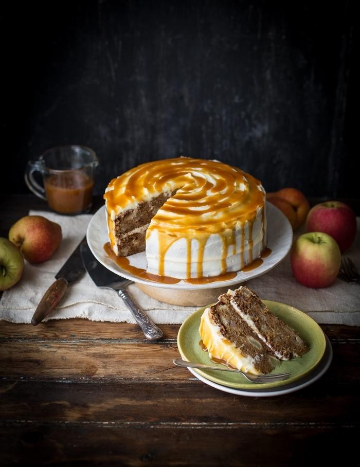 recette d'automne pour réaliser un gâteau aux pommes, au glacage caramel beurre salé coulant